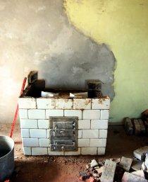 Budowa pieca kaflowego, osadzone drzwiczki
