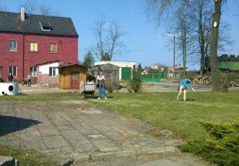 Przygotowania do sezonu 2015 - porządkowanie trawników