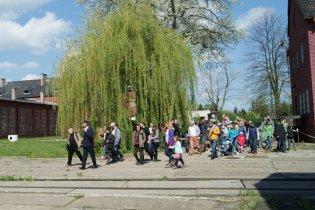 Dzień otwarty maj 2015 - Janek prowadzi grupę przez dziedziniec