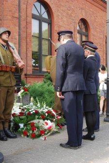 Składanie kwatów pod pomnikiem zamordowanych na stacji Skierniewice
