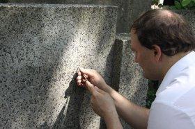 Odświeżanie napisów na grobie inż. Romualda Wetcla